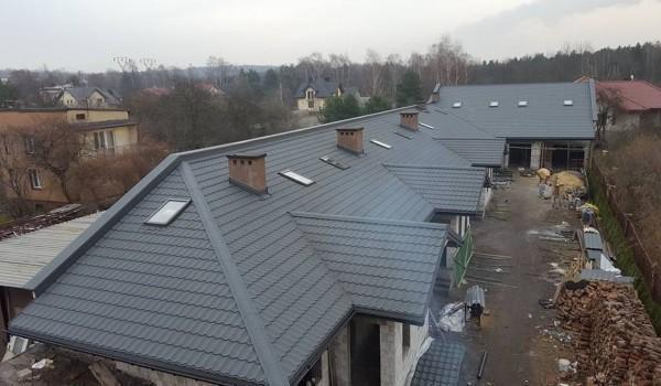 Dachy domów jednorodzinnych w budowie 10