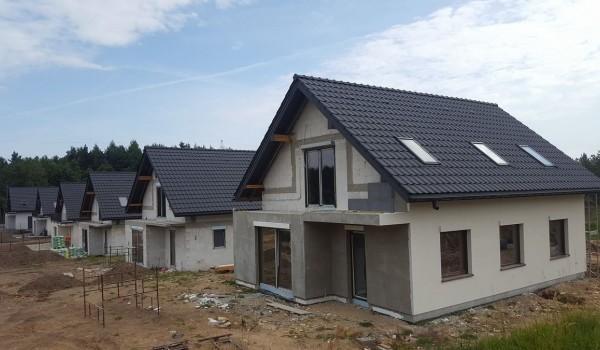 Dachy domów jednorodzinnych w budowie 6