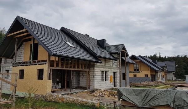 Dachy domów jednorodzinnych w budowie 3
