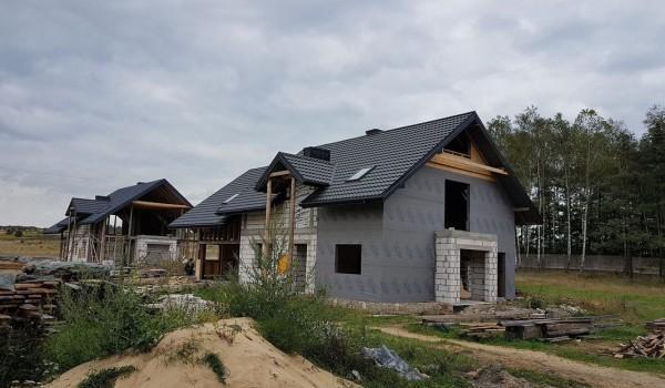 Dachy domów jednorodzinnych w budowie