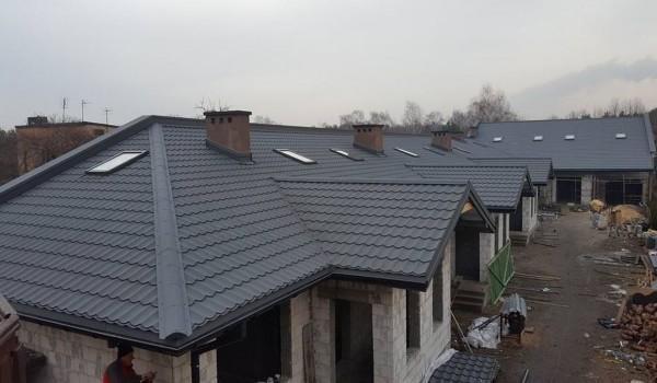 Dachy domów jednorodzinnych w budowie 12