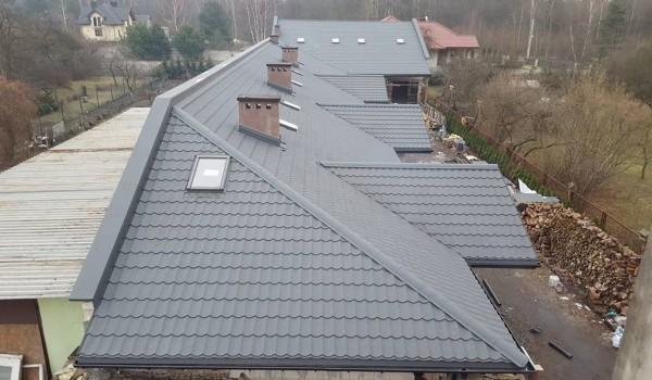 Dachy domów jednorodzinnych w budowie 11